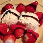 Eis mit Erdbeeren und Balsamico