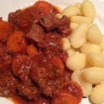 Möhren-Biergulasch-Gnocchi